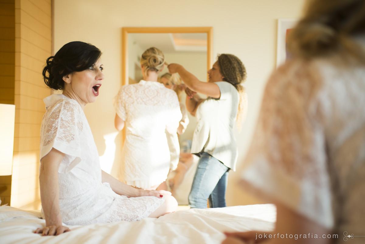 mãe da noiva se preparando para o dia do casamento
