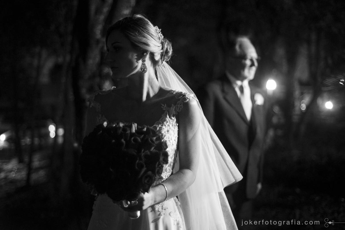 noiva e pai na entrada da igreja esperando para entrar no altar