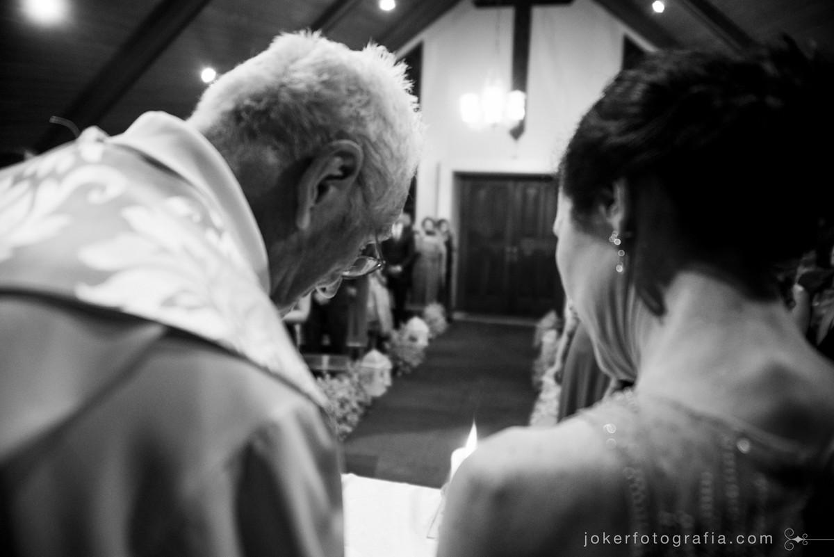 padre de casamento na igreja