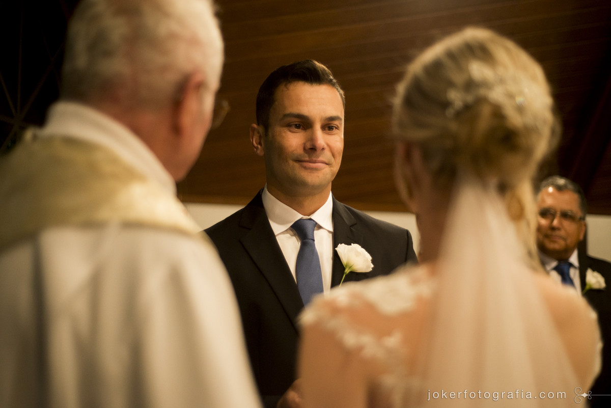 noivo se emociona com entrada da noiva
