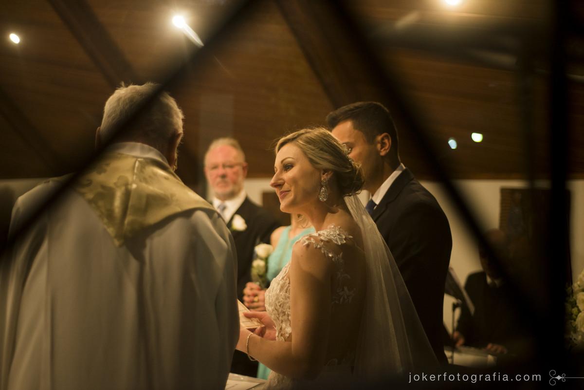 olhar da noiva e benção do padre