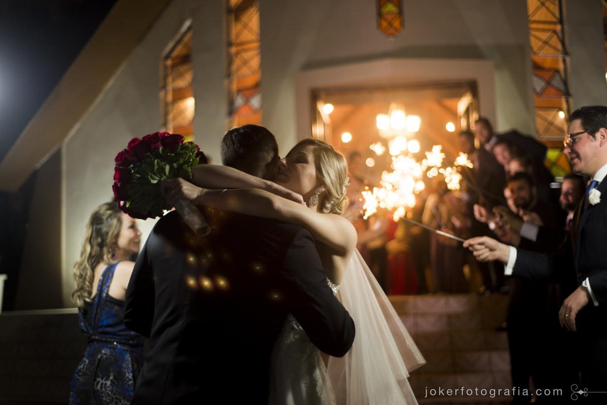 beijo dos noivos na saida da igreja nossa senhora de salette em curitiba
