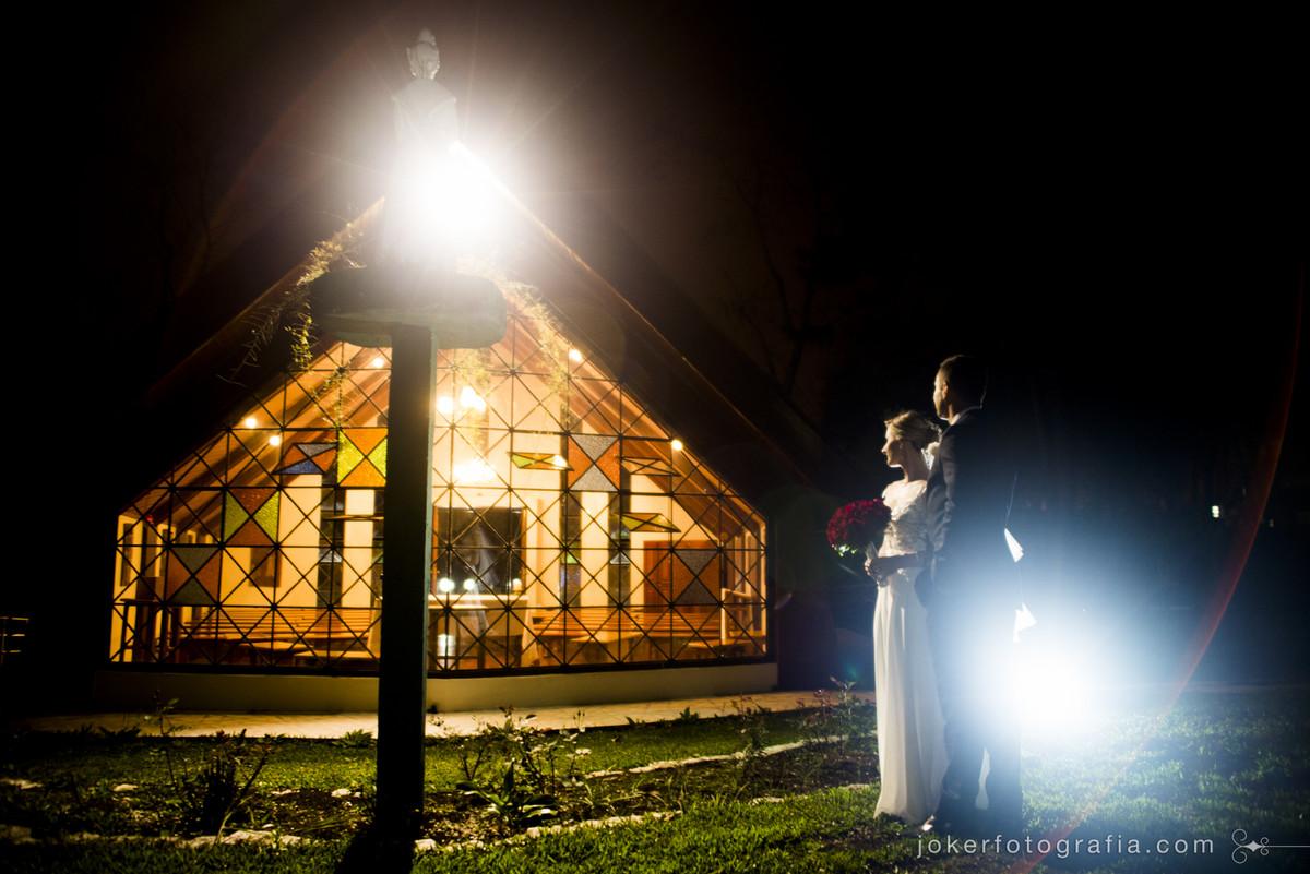 casal de noivos na capela nossa senhora de salette para fotos posadas