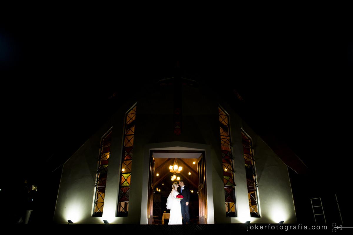 igreja a noite para o dia do casamento