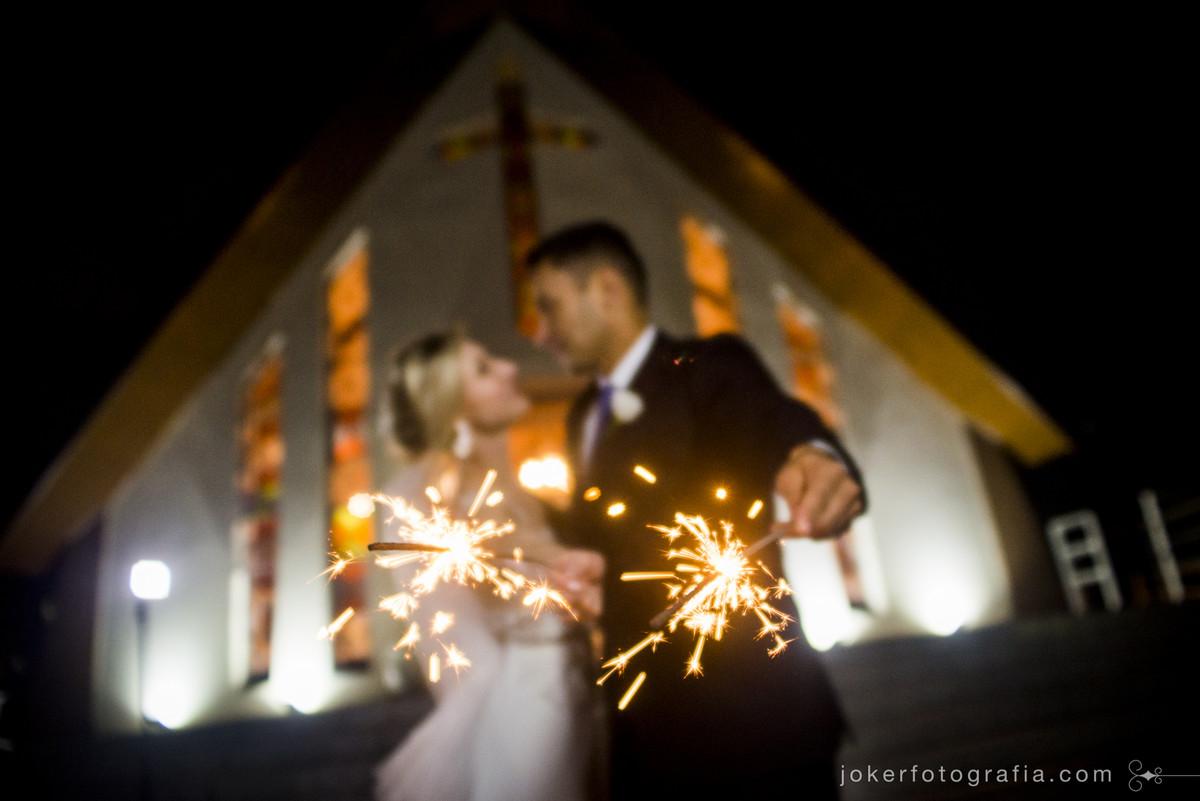 casal de noivos com sparckles e fogos de artificio no dia do casamento