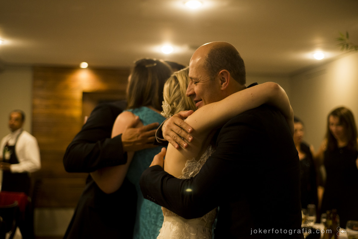 abraço do padrinho de casamento e amigos no casamento