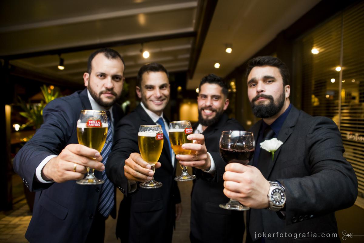 um brinde aos padrinhos de casamento mais divertido do ano