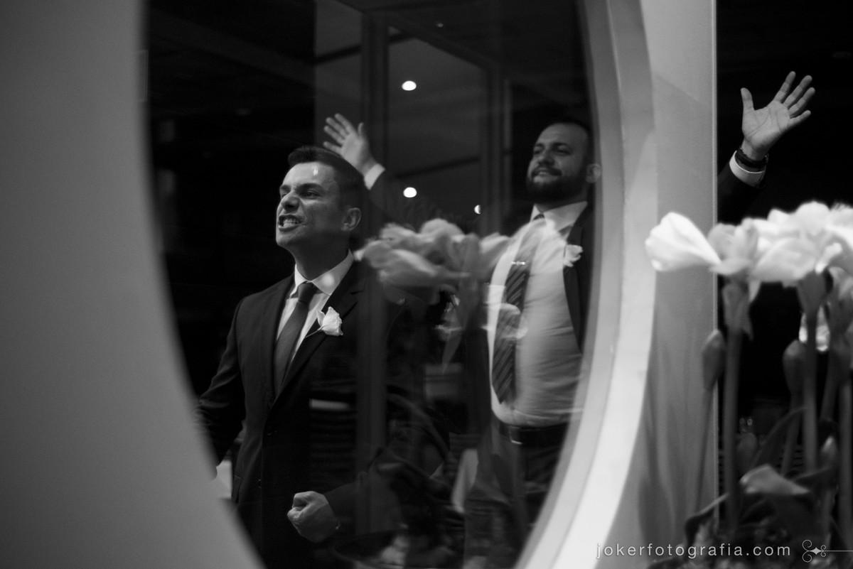 amigos do noivo se divertem no dia do casamento fotografia documental em curitiba