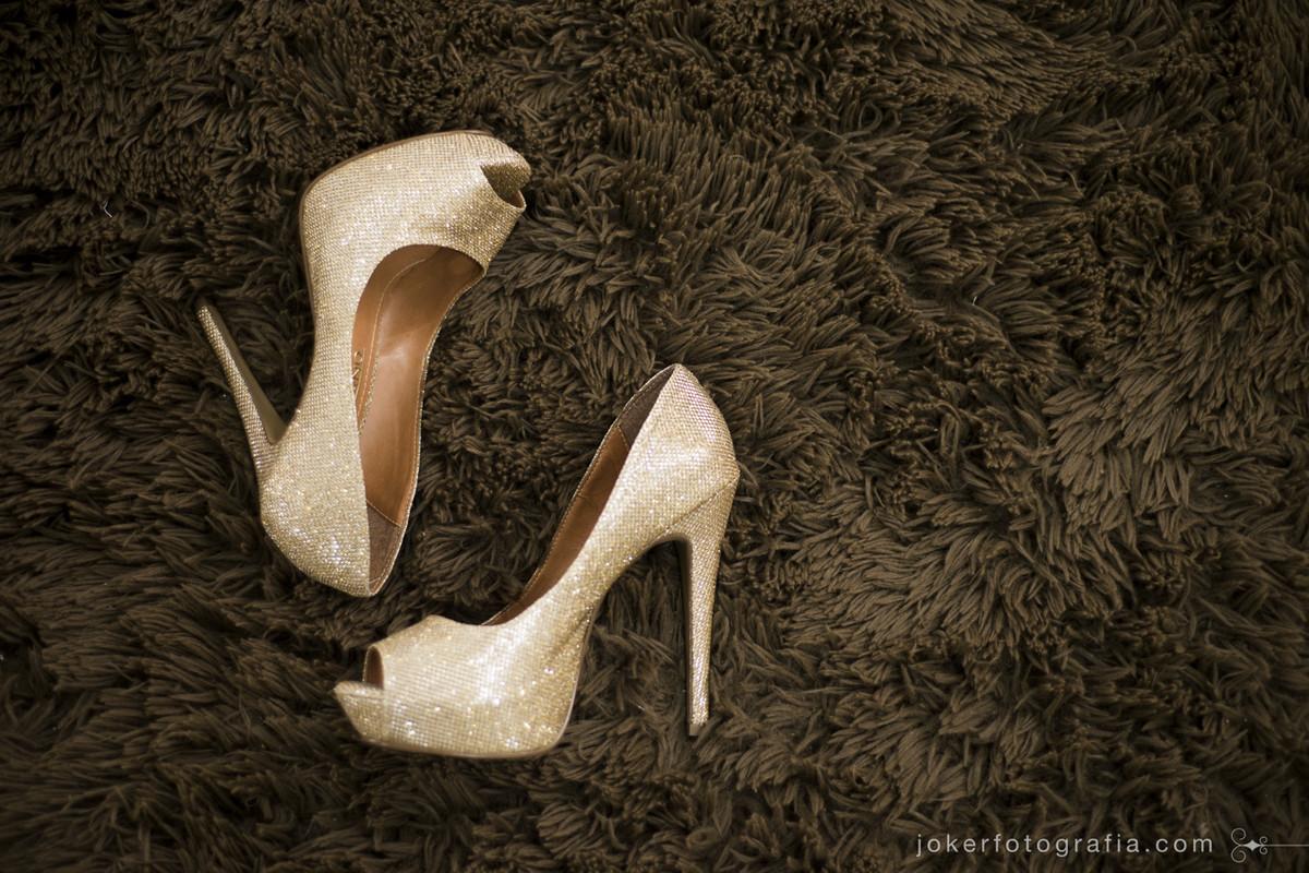 sapatos da noiva compõe detalhe antes do casamento