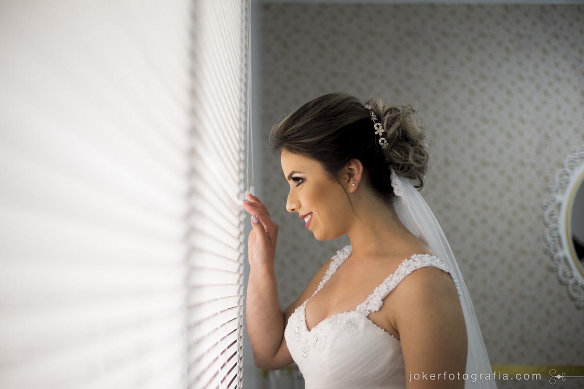 noiva esperando pelo carro antes do casamento espiando na janela