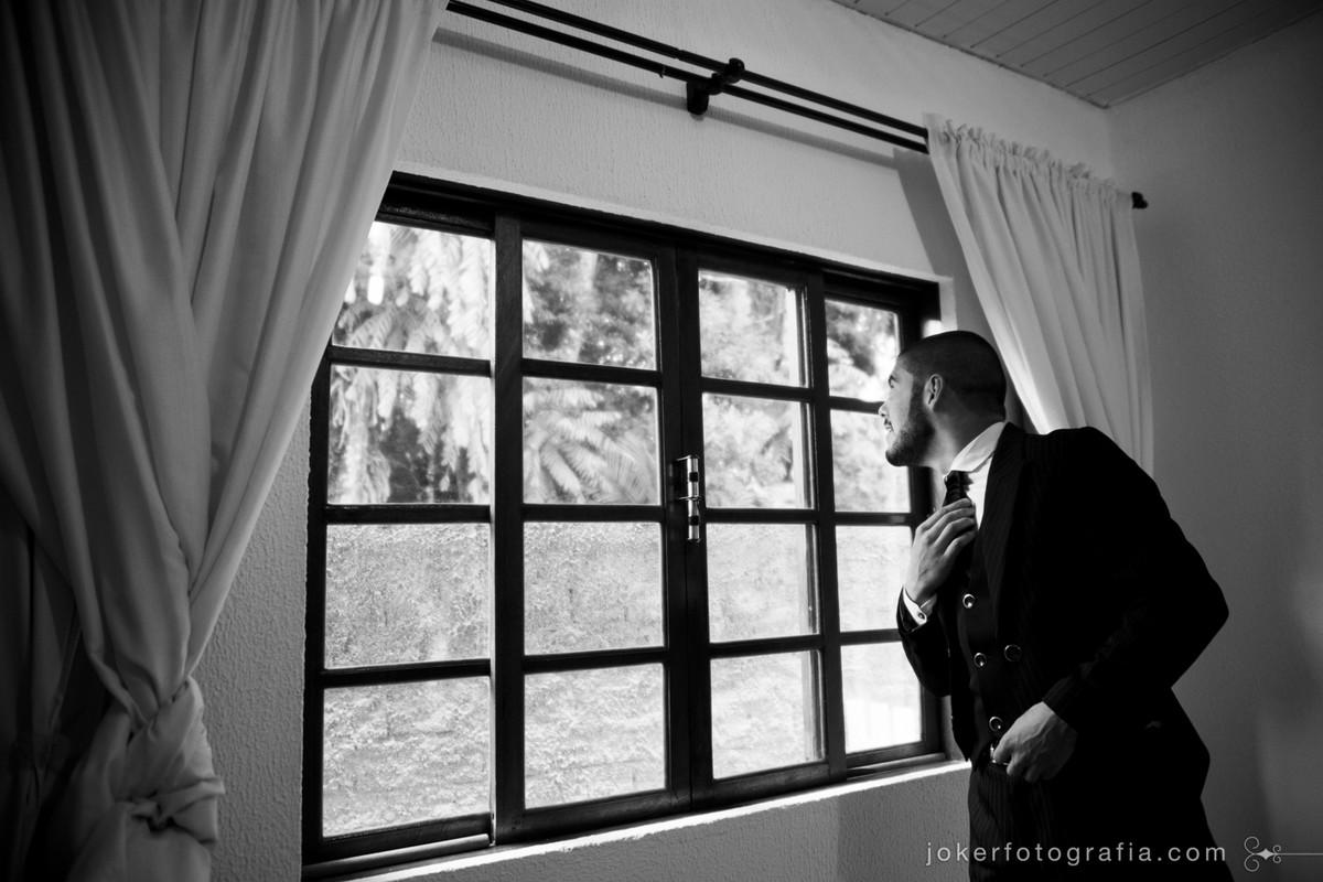 noivo antes do casamento fotógrafo capta emoção durante o making of momentos antes