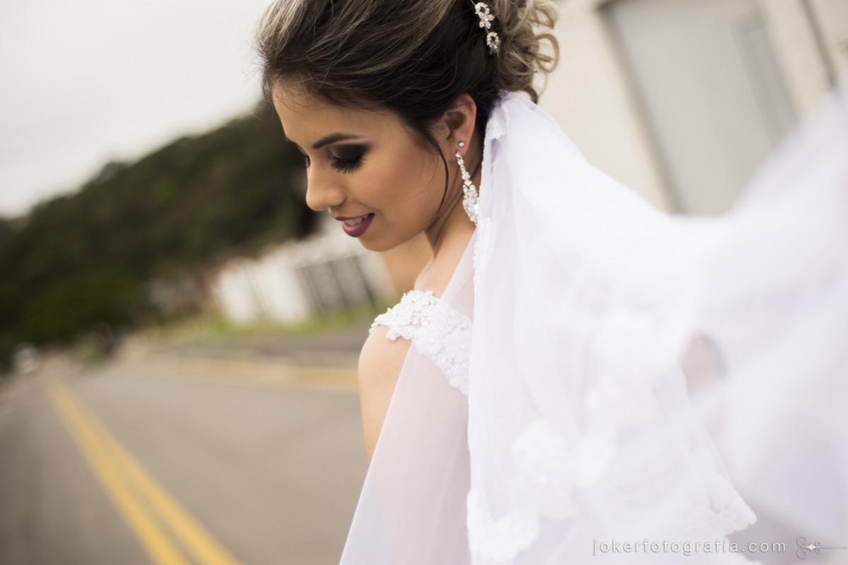 noiva faz fotos na rua em frente a sua casa antes do casamento com maquiagem por Rhailliny Cordeiro e cabelo por Mari Dantas