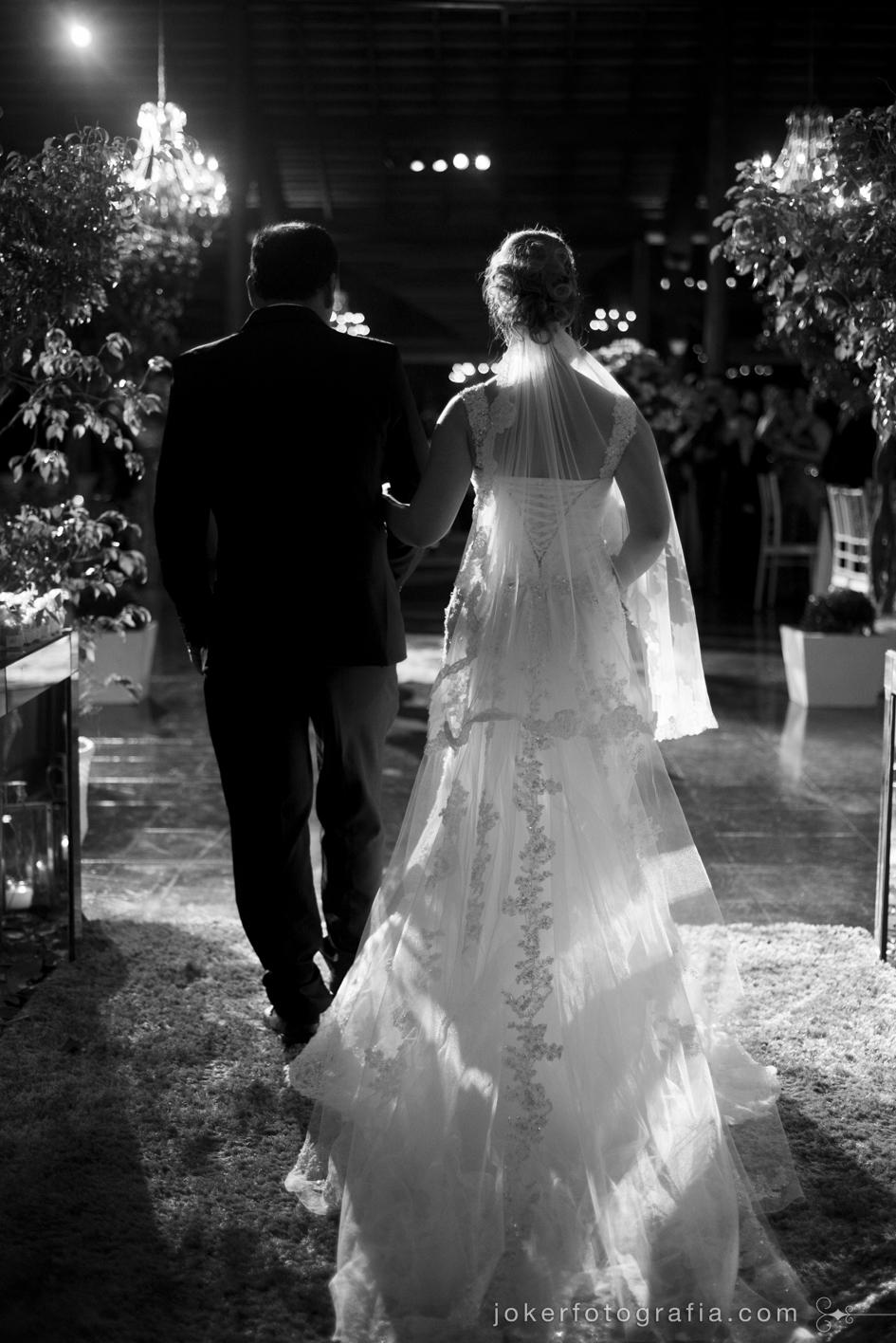 maravilhoso vestido de noiva com transparência, renda, cauda e véu longo por NIlma Noivas