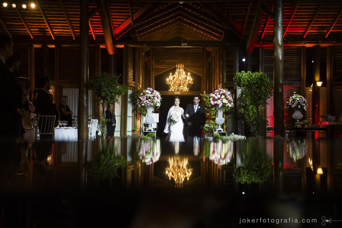 entrada da noiva na cerimônia realizada no santa mônica clube de campo em curitiba decoração por videira noivas