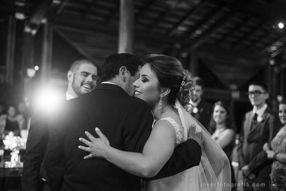 noiva cumprimentando o pai em cerimônia emocionante de casamento