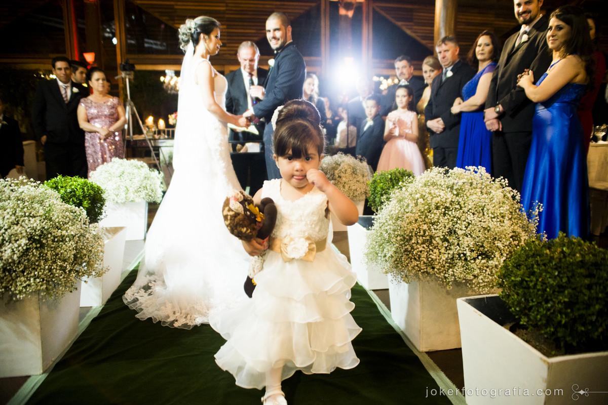 crianças divertem o casamento e daminha sai correndo depois de entregar as alianças