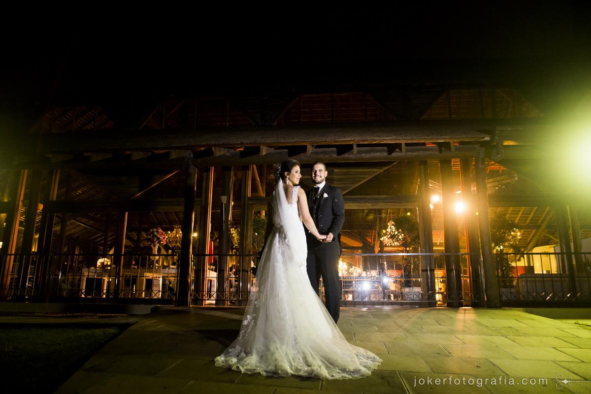 Inspiração para estido de noiva incrível com cauda e véu longo por Nilma Noivas