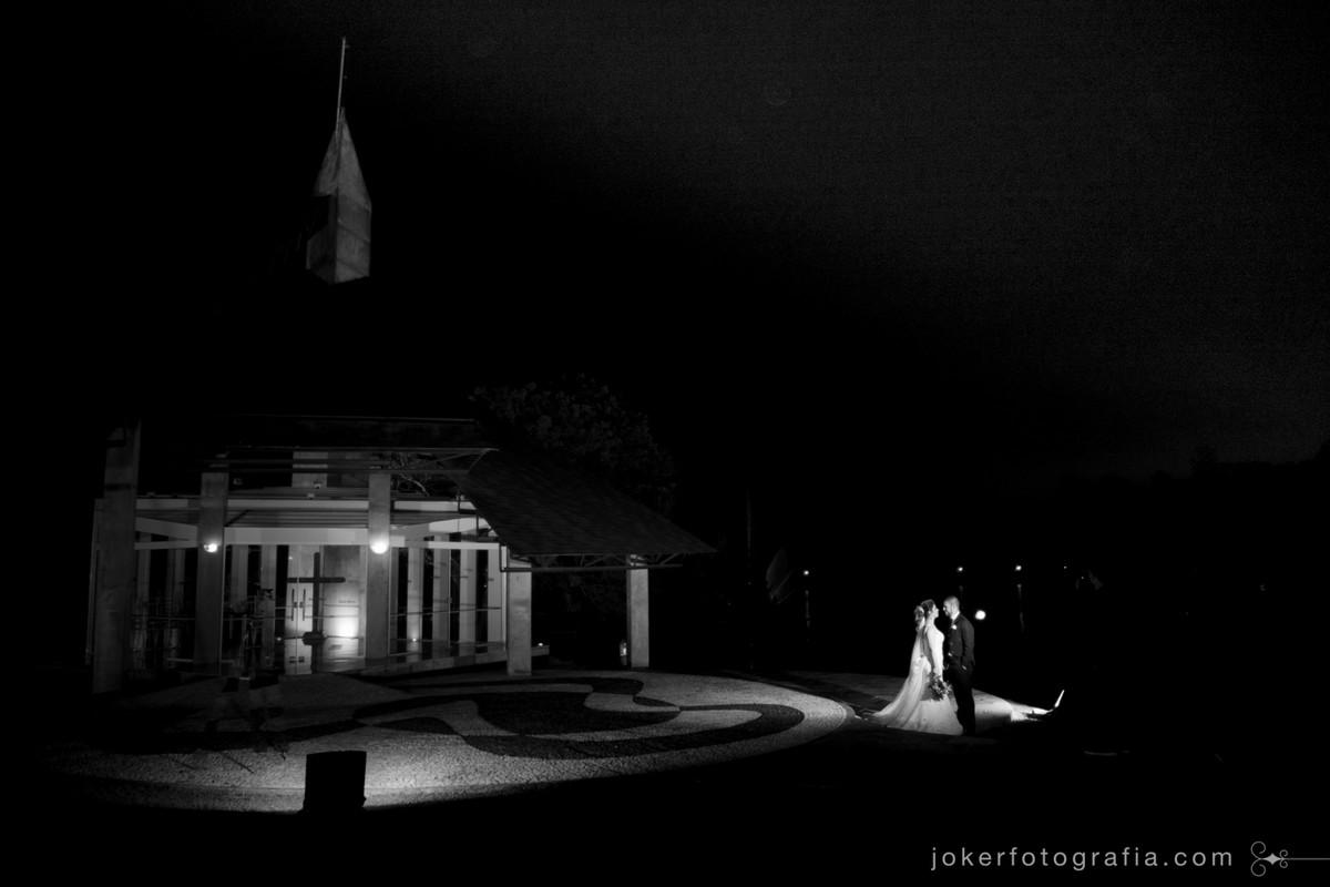 fotografia de casamento em frente a capela do santa mônica clube de campo