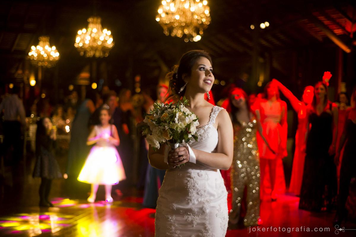 qual buquê devo jogar no dia do casamento? usando lustres na decoração