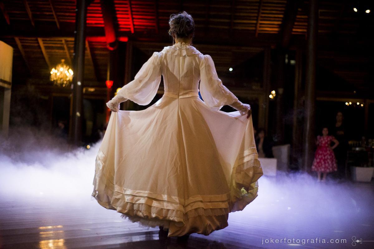 dança gaúcha tradicional no casamento com vestido de prenda para a noiva