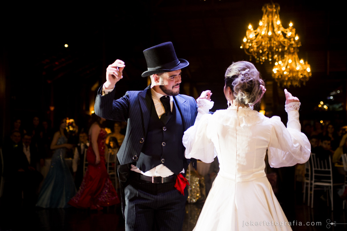 dança do lenço vermelho é uma opção para noivos com origem gaúcha. traje do noivo diferente com colete e cartola