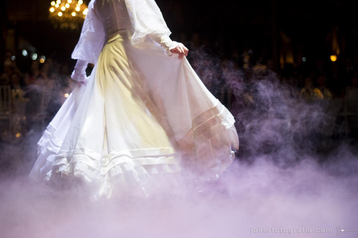como fica o gelo seco e fumaça nas fotos durante a dança dos noivos? Noiva vestida de prenda com mangas longas para dança gaúcha