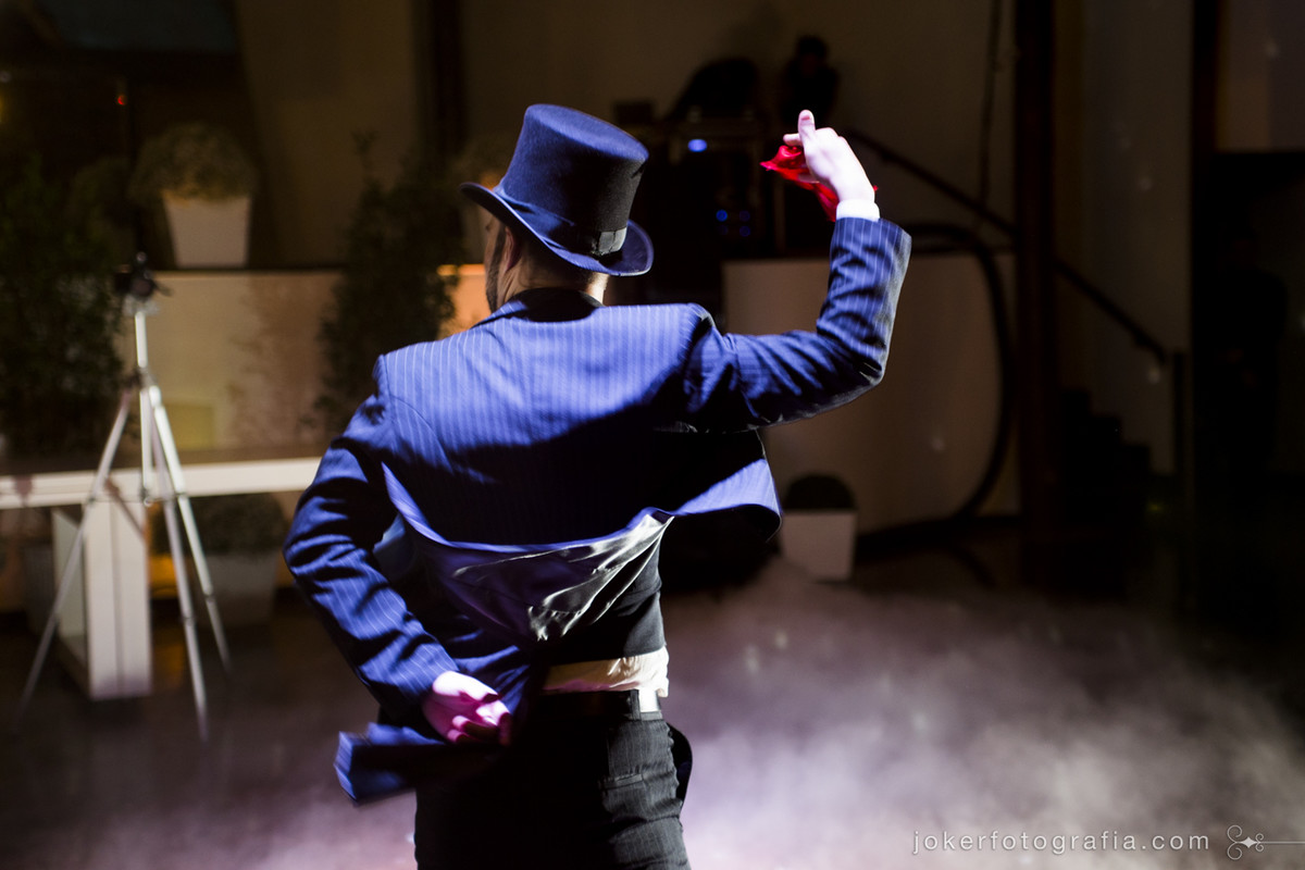 fotógrafo de casamento registra dança do lenço feita pelos noivos com traje típico do noivo: chapéu tipo cartola e os tradicionais lenços vermelhos