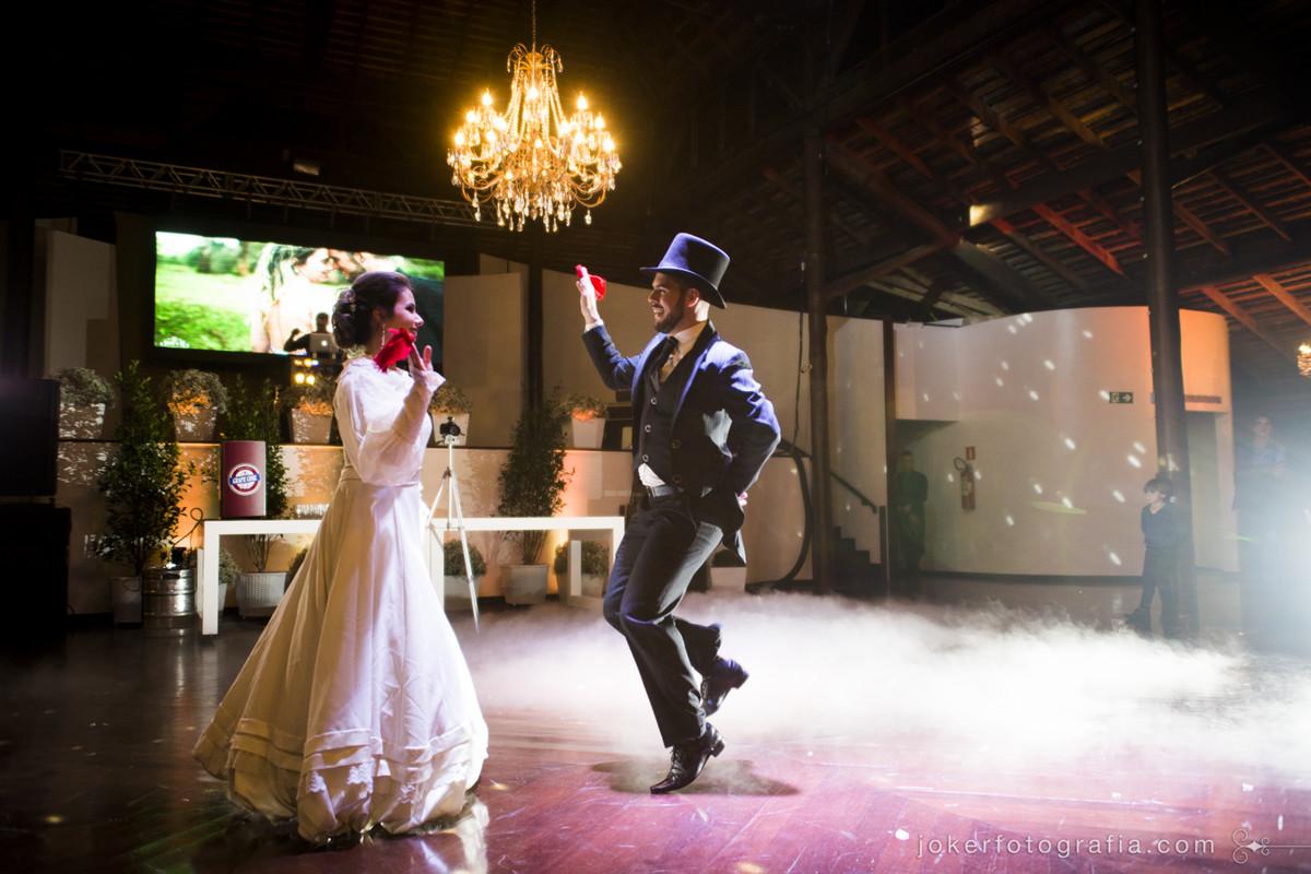dança dos noivos com traje especial. noiva troca de vestido para a hora da dança dos noivos