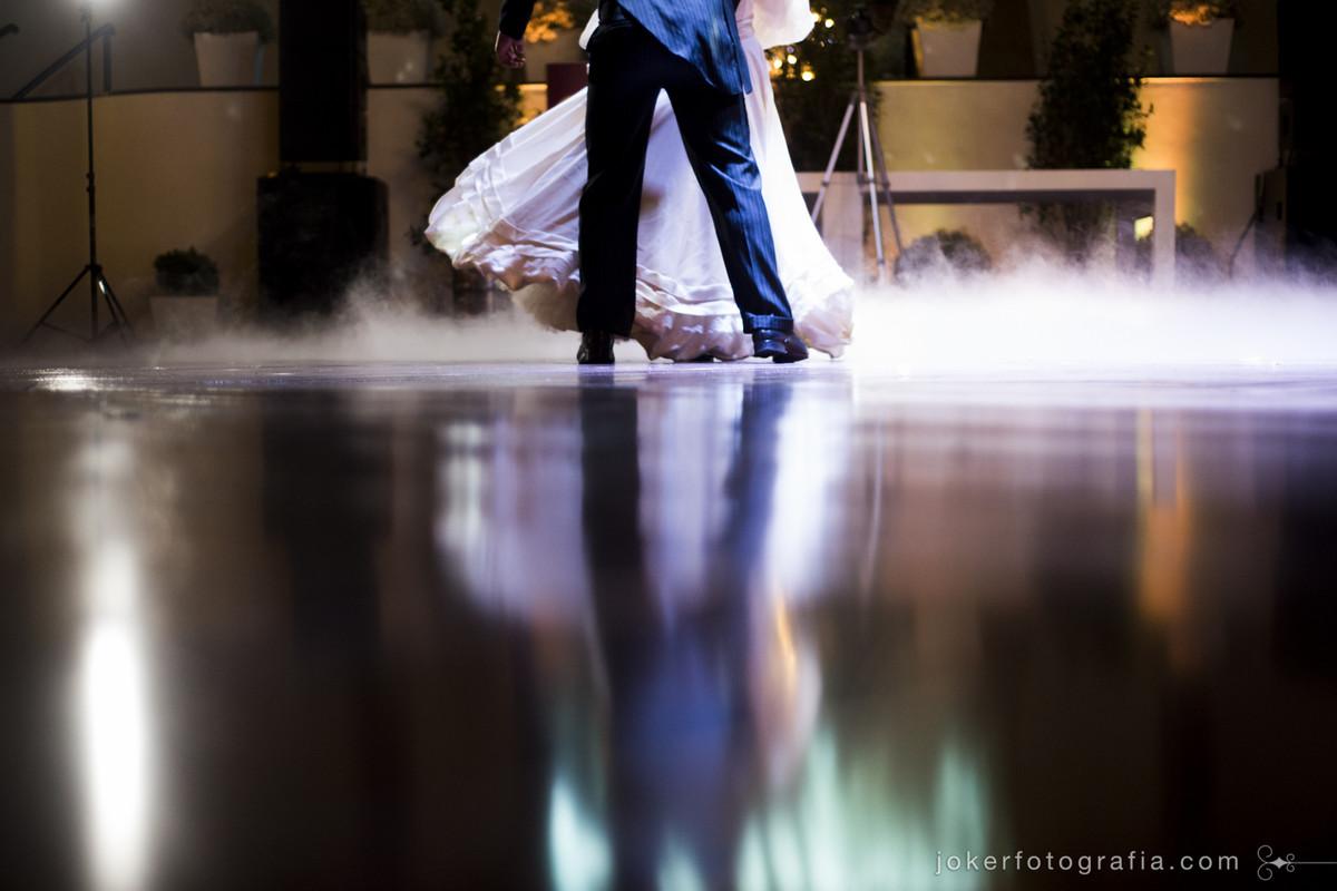 fumaça ou gelo seco na pista de dança para as fotos do vestido bem rodado da noiva