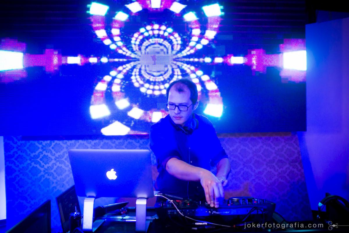 dj wagner tacla em festa de casamento com painel de led fotografado por joker fotografia. indicações de dj em curitiba