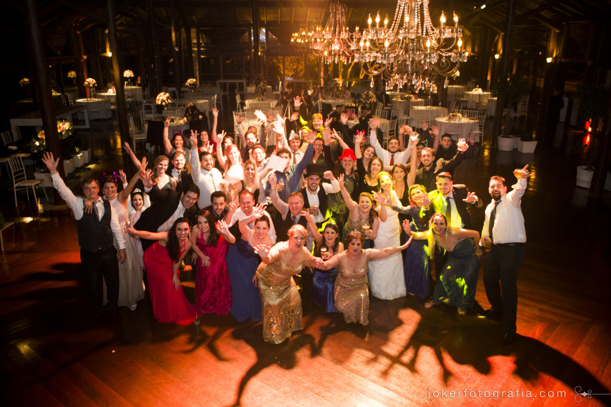 fotógrafo faz foto de todos os convidados que estavam no casamento ao final da festa