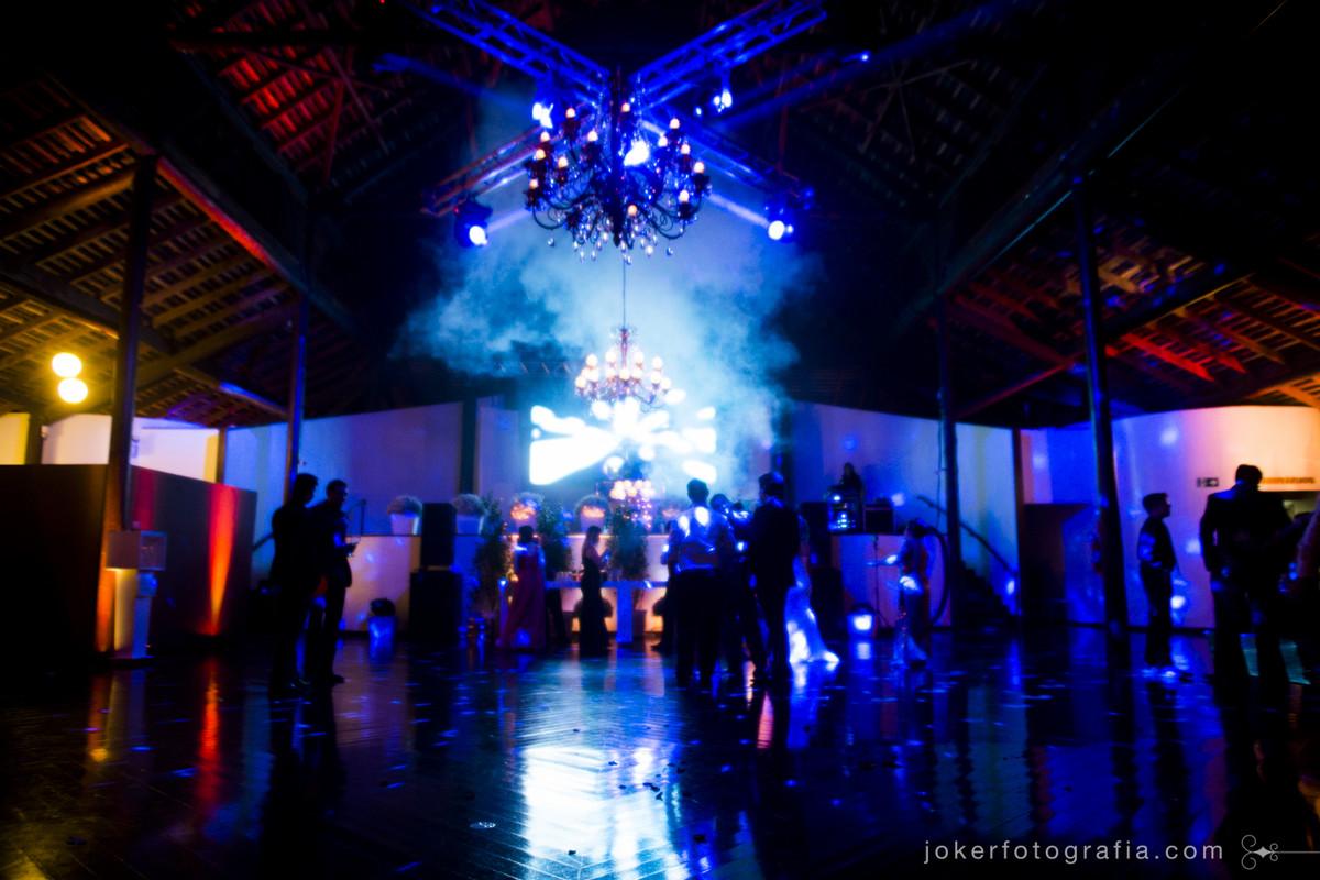 iluminação cênica e de pista transforma o ambiente e valoriza as fotos da festa