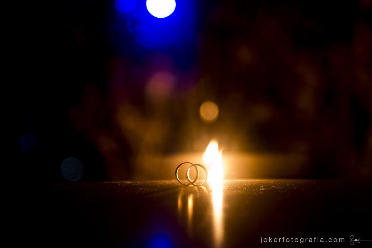 fotógrafo de casamento em curitiba faz fotos incríveis das alianças usando fogo
