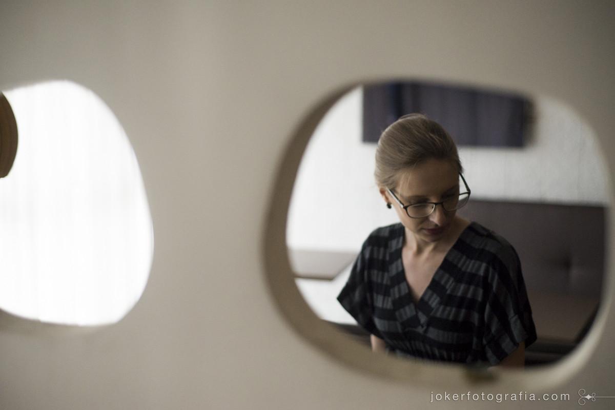 noiva de óculos antes do casamento