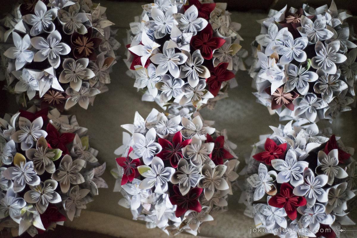 ideias de decoração diy que você mesma pode fazer para seu casamento como estas flores de origami feitas de papel de livros