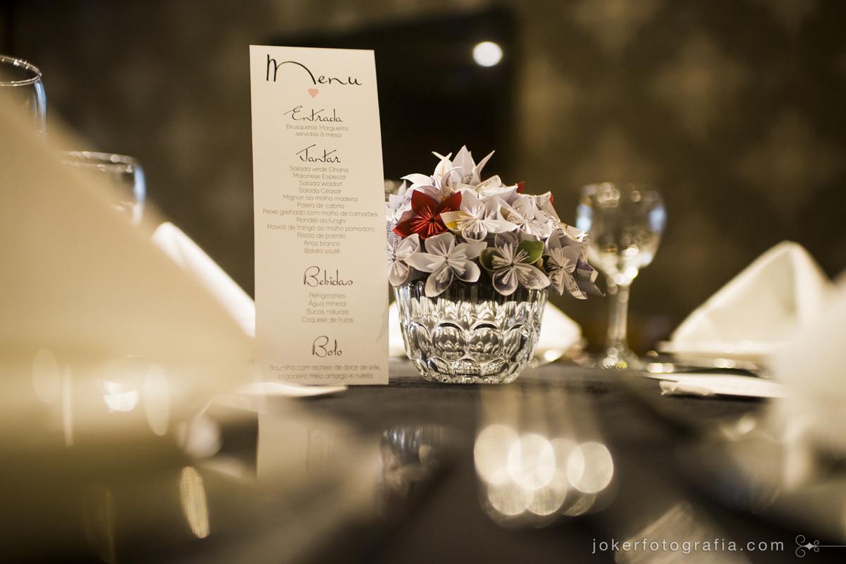 decoração de casamento diy com flores de origami nos ao lado do menu é uma ideia criativa e diferente