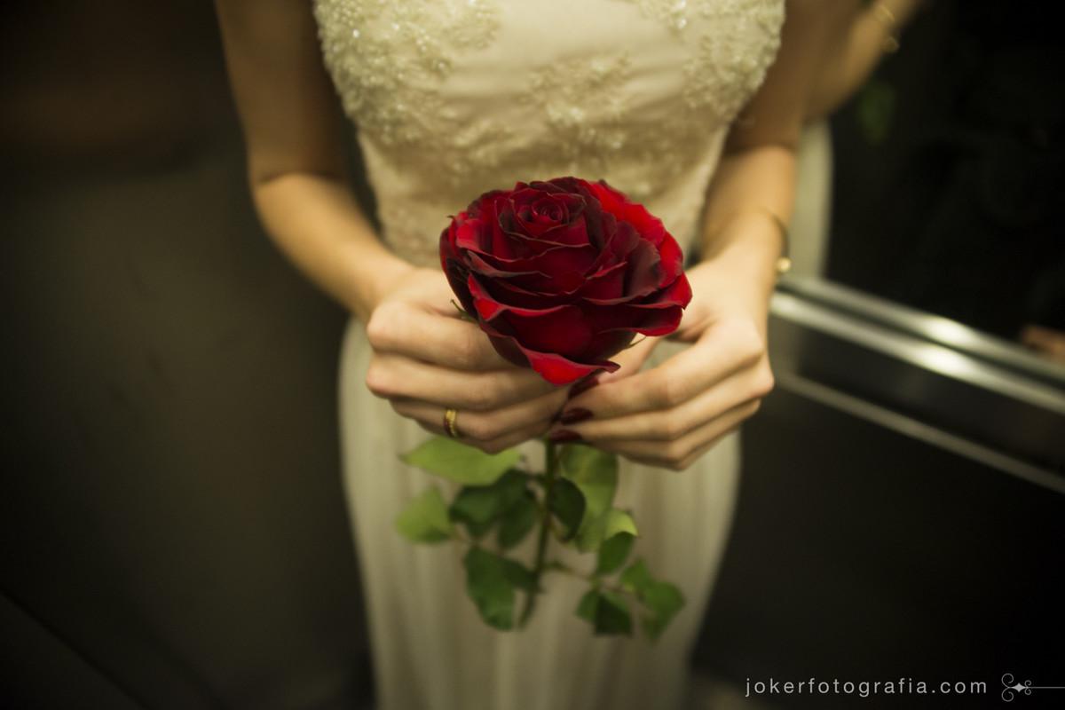 noiva decide entrar sem buquê levando apenas uma rosa em referência ao pequeno principe