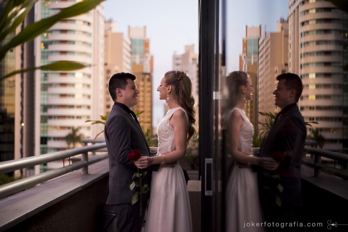 noivos fazem ensaio first look no terraço do predio