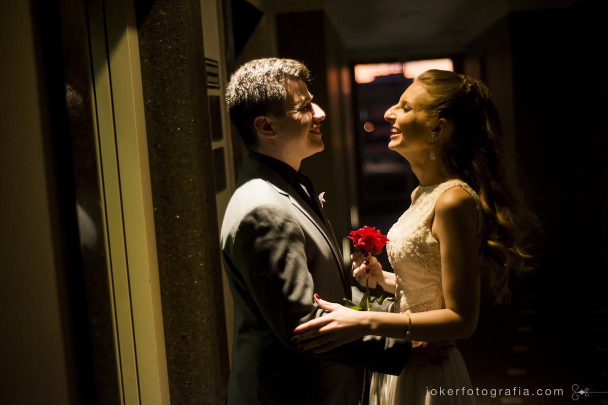 noivos juntos no corredor do hotel full jazz pelo fotógrafo de casamento