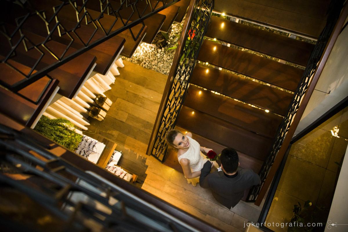 noivos entram juntos na cerimonia pela escadaria do restaurante ohana batel