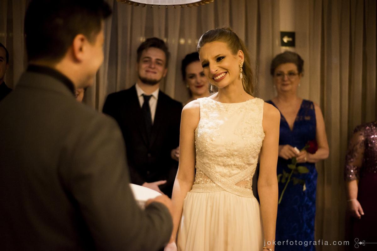 noiva emocionada durante o casamento