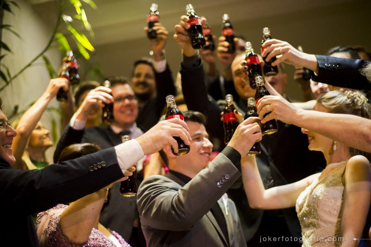 fotógrafo faz foto do brinde com refrigerante no casamento