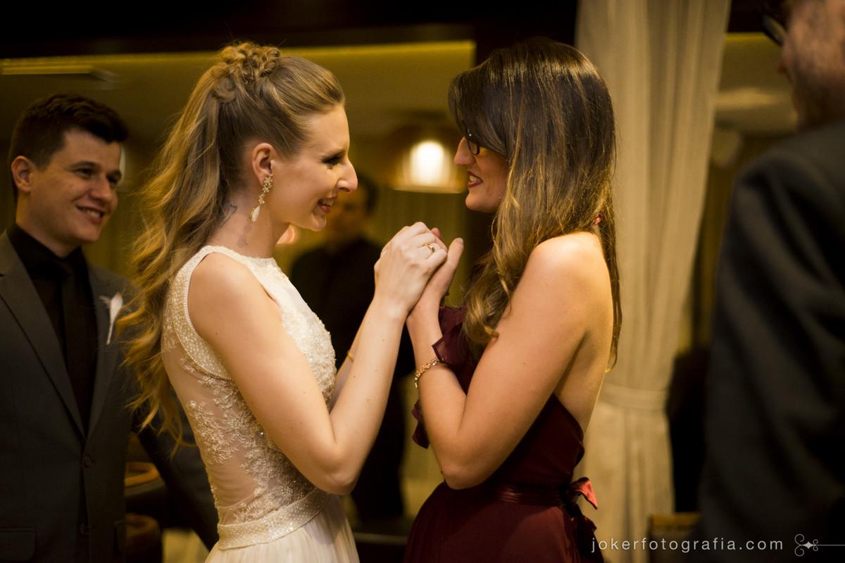 amigas da noiva emocionadas no dia do casamento