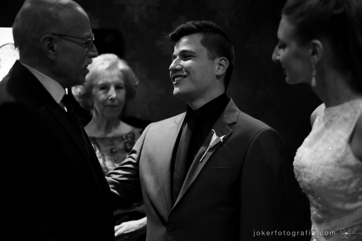 noivo emocionado após o casamento