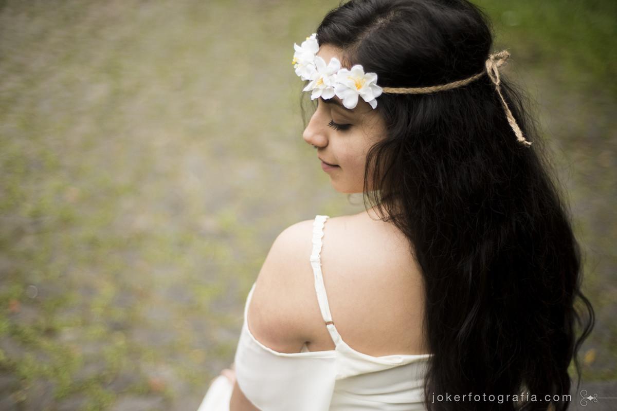 sessão de fotos diferente para 15 anos no estilo boho com coroa de flores