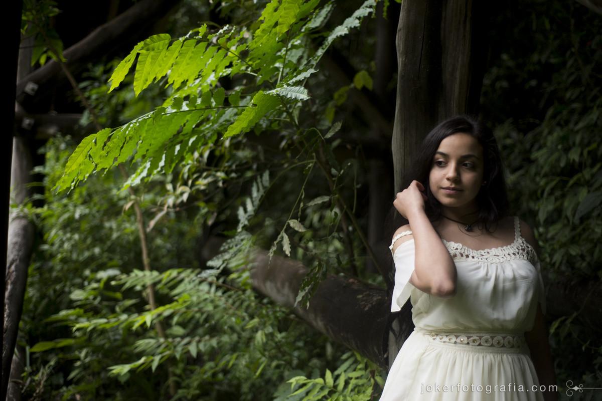 ensaio externo de 15 anos num bosque em meio a natureza