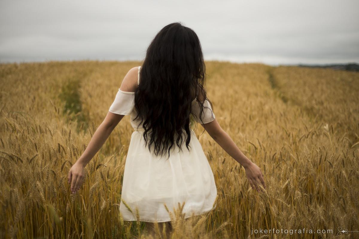 ensaio feminino em campo de trigo