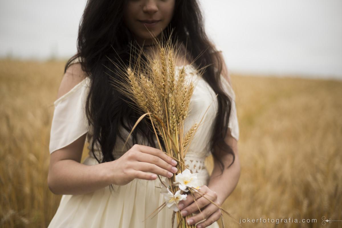book feminino em plantação de trigo resulta em fotos delicadas e de bom gosto
