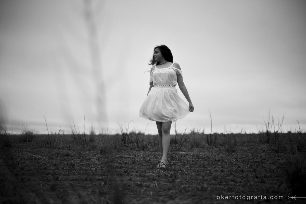 ensaio feminino em campo aberto com horizonte no meio do nada