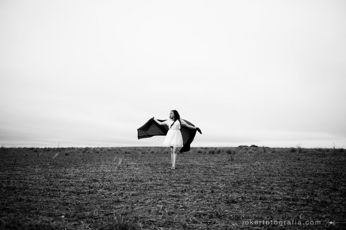 melhor fotógrafo de 15 anos faz ensaio em campo usando o tecido do vestido da debutante